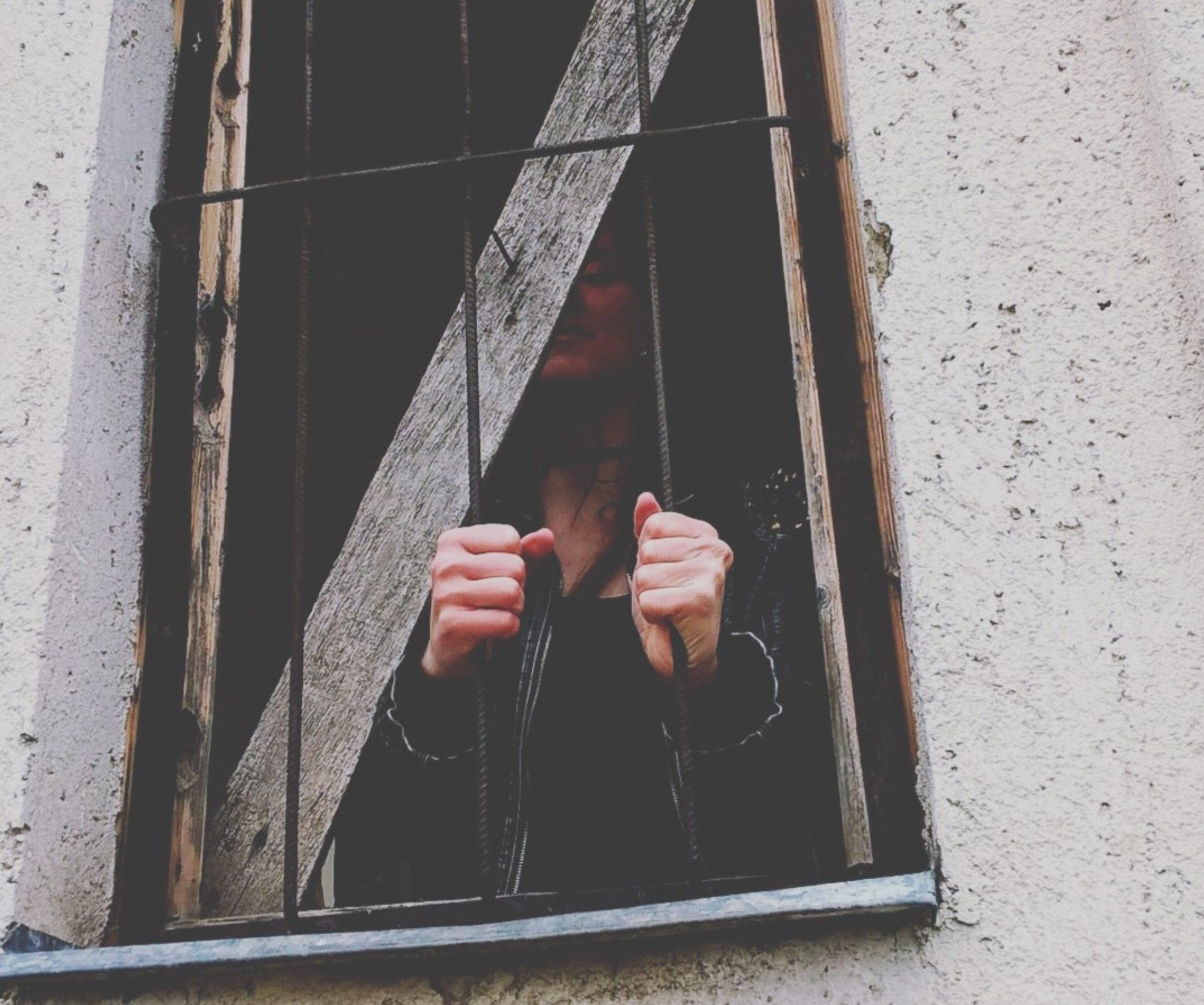 coincé avec un pervers narcissique cage